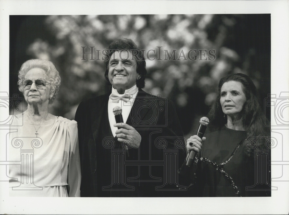 1985 Press Photo Singer Johnny Cash With Mother Carrie And Wife June ...